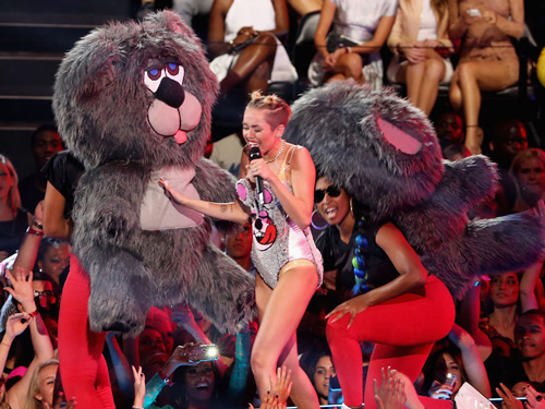 Miley Cyrus performs odd, teddy-bear inspired act at 2013 MTV VMAs