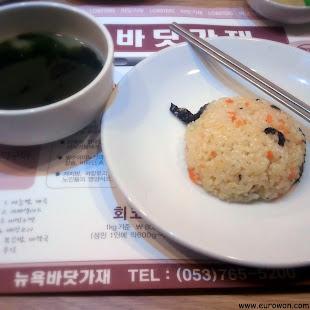 Sopa de algas y arroz frito