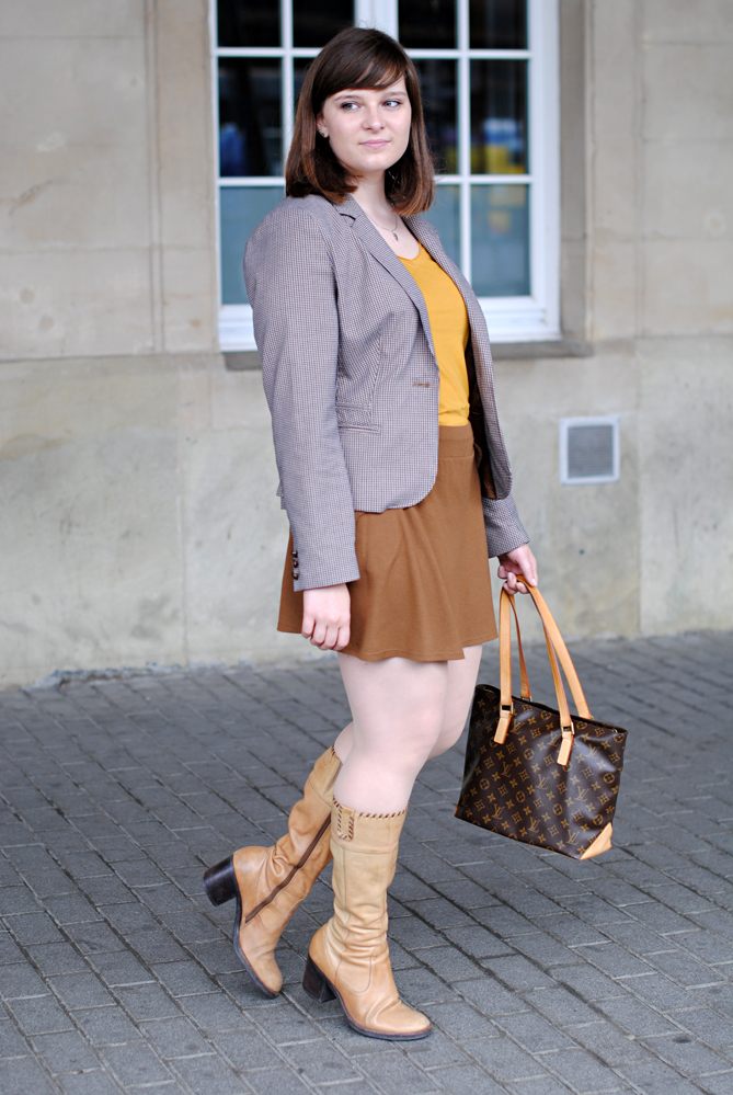 brown mini skirt boots 70s inspired outfit