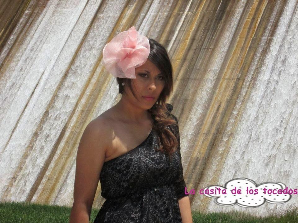 tocado de sinamay rosa bebe a juego con vestido corto negro