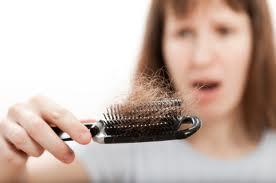 أهم الأسباب التي تؤدى إلى تساقط الشعر