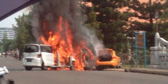 3 Mobil Terbakar Di Bintaro, 7 Orang Dilarikan Ke Rumah Sakit
