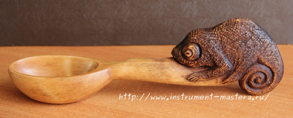 Деревянная резная ложка с хамелеоном на рукоятке