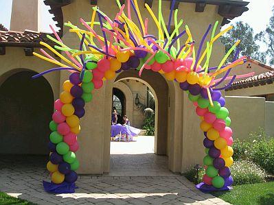Entrada de fiesta decorada con globos