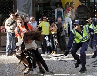 A foto da agressão da PSP à fotojornalista Patrícia Melo, da France Press, está a correr o mundo Foto de Hugo Correia da Reuters
