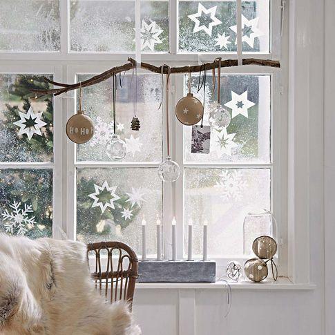 en la siguiente ventana repetimos con una rama como soporte para los colgantes pero en esta ocasin los adornos son bolas de diferentes tipos y colores