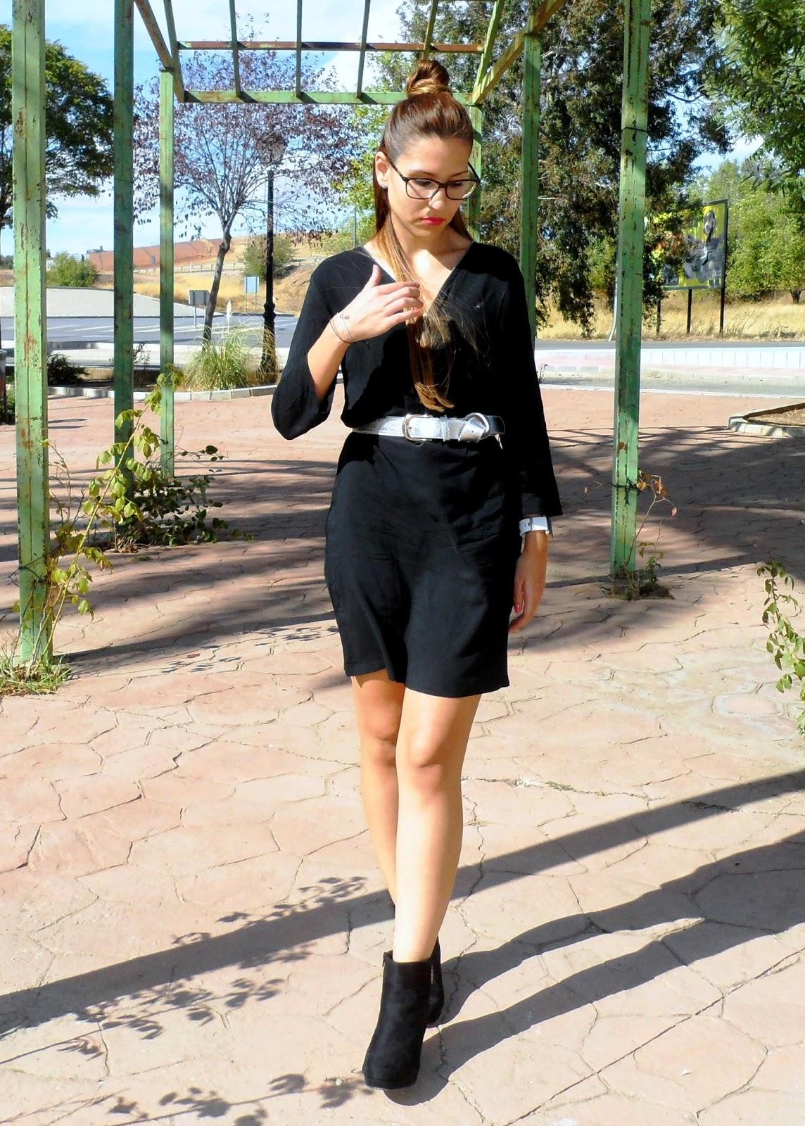 Vestido negro cremallera y botines de ante