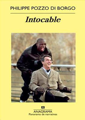 Imagen del protagonista en silla de ruedas y su asistente personal sonriendo