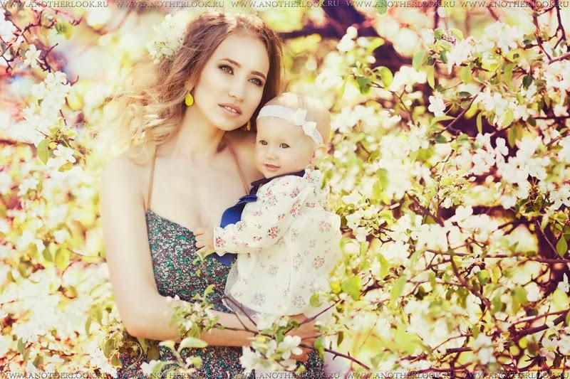 мама и малышка в саду