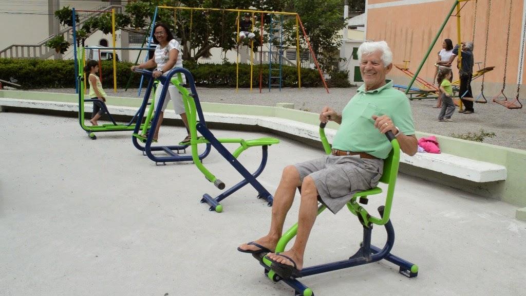 Idosos aproveitam para se exercitar nas academias ao ar livre instaladas pela Prefeitura em oito praças de Teresópolis