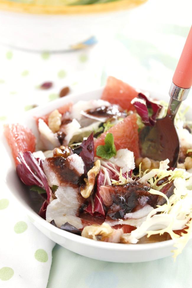 Ensalada de bacalao ahumado, pomelo y nueces con vinagreta de mermelada de arándanos