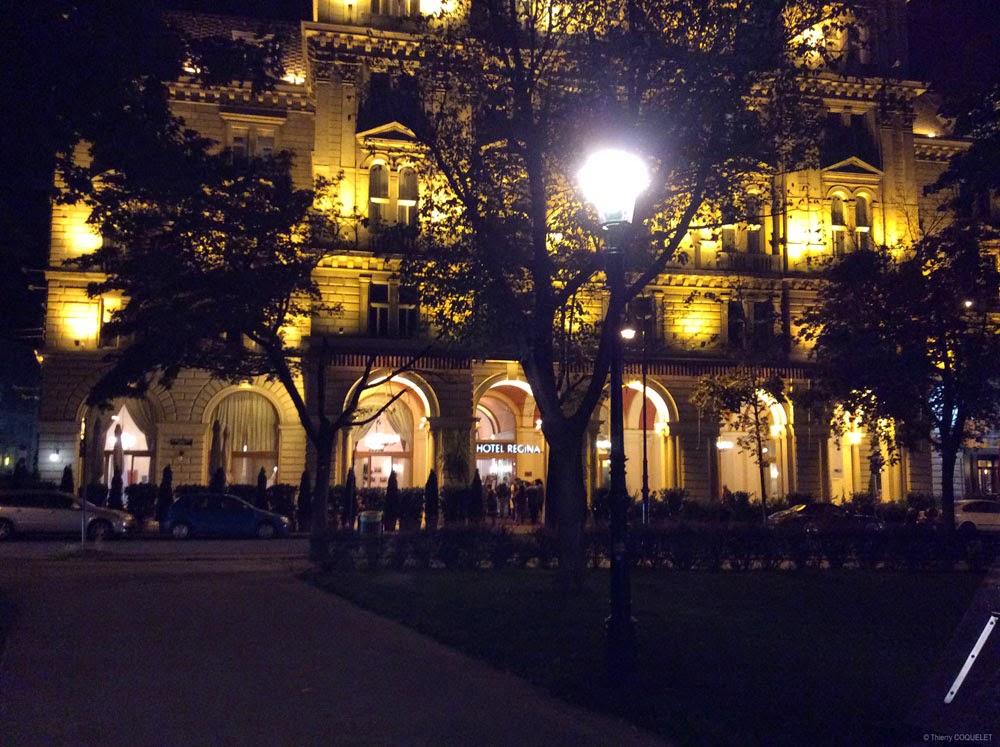 L'hôtel Regina, de nuit.