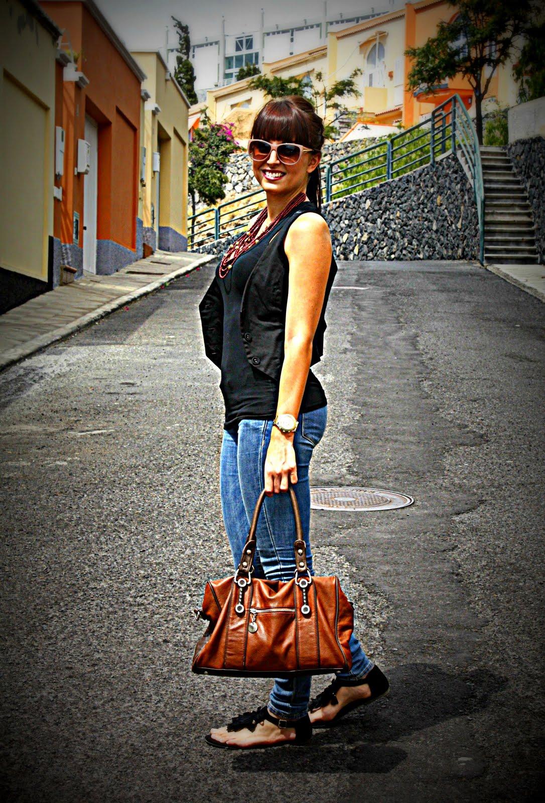 Collar y brazaletes de NATURA (V2011), tank top de BERSHKA (old), chaleco de STRADIVARIUS (old), jeans y sandalias de flecos de HM (V2011), bolso de TROEN