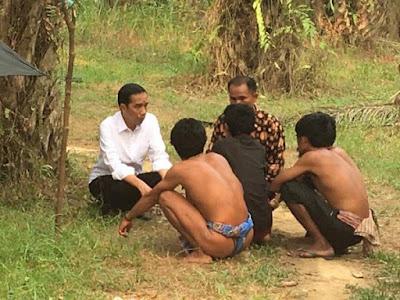 Presiden Jokowi Saat Kunjungan ke suku anak dalam