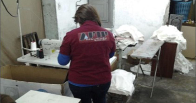 La Administración Federal de Ingresos Públicos (AFIP) clausuró un taller  textil clandestino que confeccionaba prendas de vestir para las marcas de  ... 73e641da5dd55