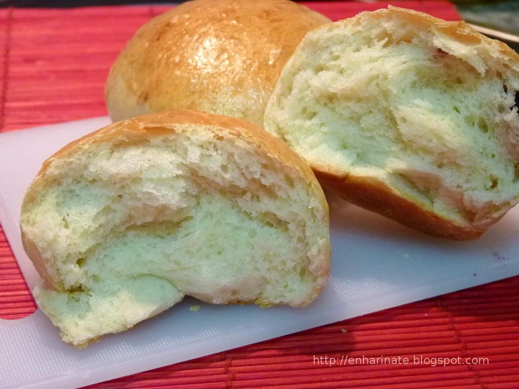 panecillos de mantequilla con arándanos enharinate