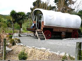 hotel kereta kayu