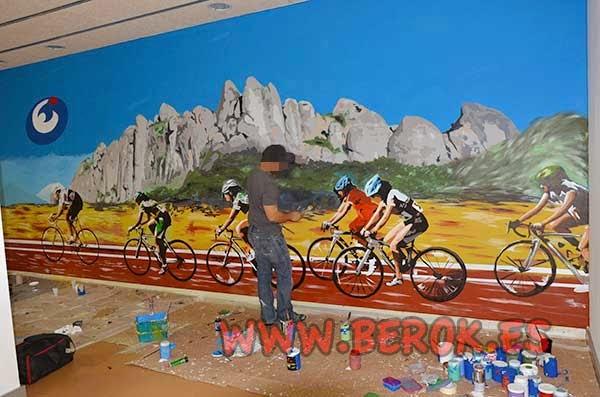 foto de Ormo pintando en el mural de la sala de spinning