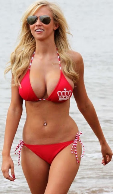Sophie Reade sexy in swimsuit