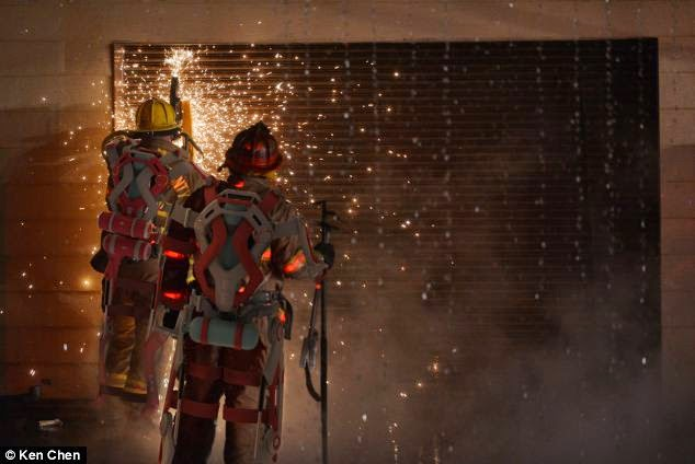 Super Bombeiros com Exoesqueleto em ação