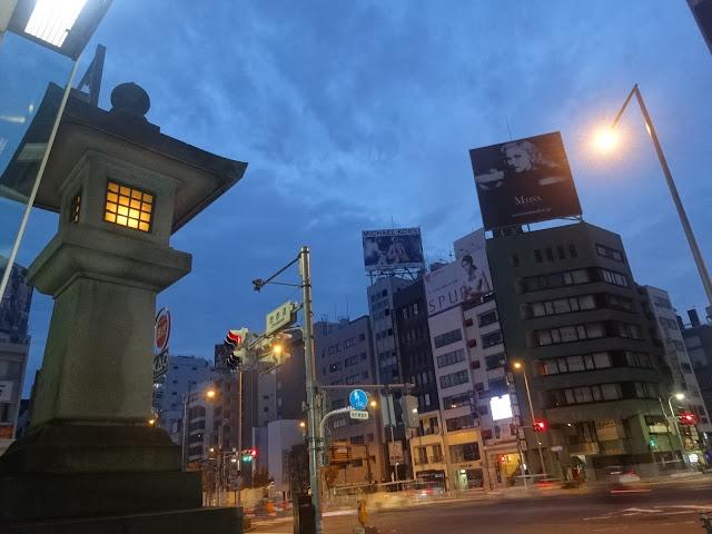 石灯籠,夜景,表参道駅前交差点〈著作権フリー無料画像〉Free Stock Photos