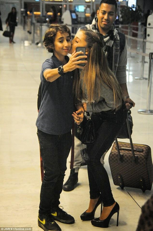 أريانا غراندي تودع جمهورها بالقبل قبل سفرها الى باريس