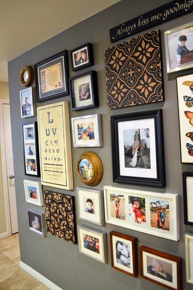 frases espejos telas enmarcadas objetos que nos traen un recuerdo todo se puede meter en una pared para crear el maravilloso rincn de recuerdos - Decorar Paredes Con Cuadros