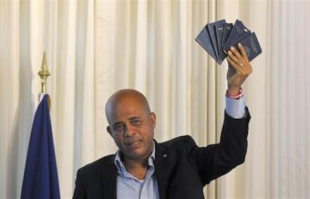 PRESIDENTE MARTELLY ENSENA SUS PASAPORTES HAITIANOS
