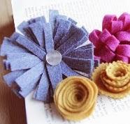 http://translate.google.es/translate?hl=es&sl=en&u=http://www.papernstitchblog.com/2011/12/14/diy-felt-flowers-five-ways/&prev=search