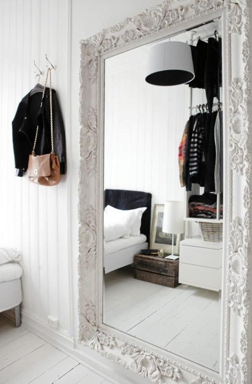 Decora con espejos para agrandar la habitaci n decora y for Espejo grande blanco