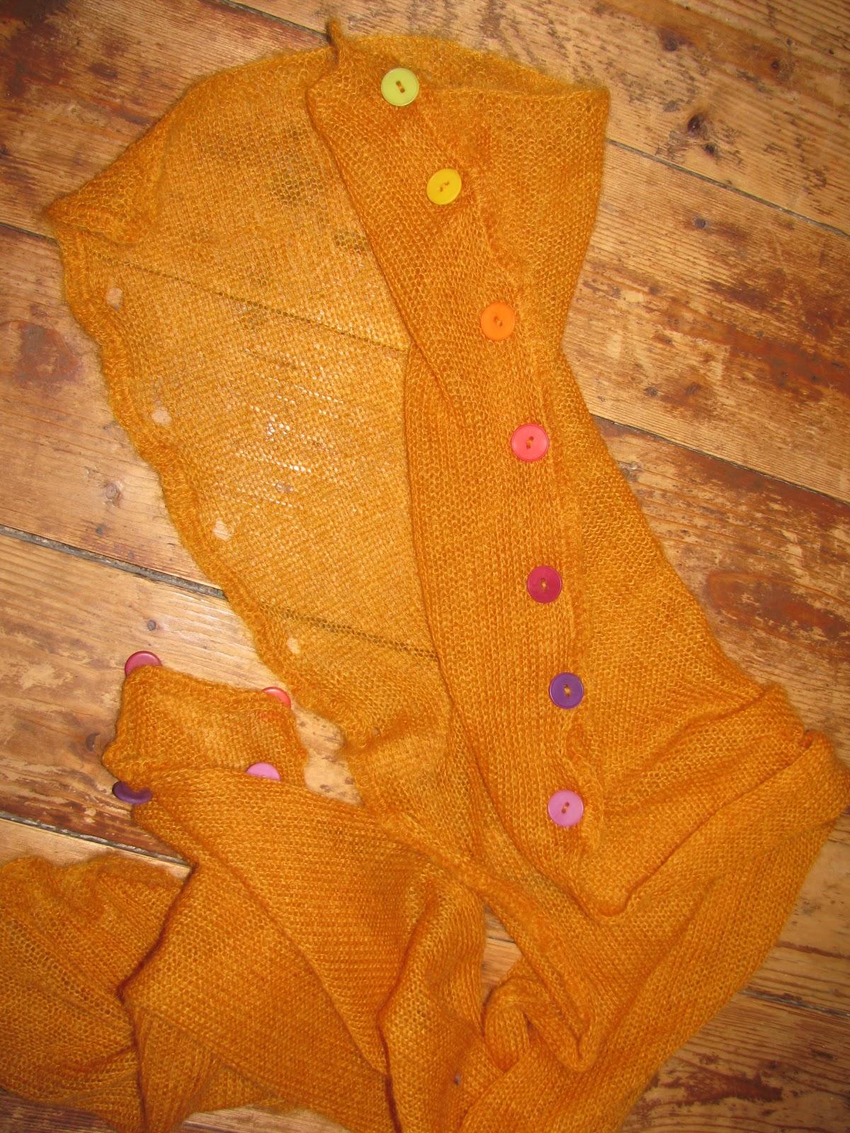 L étole peut se porter suivant la tenue et l humeur du jour en écharpe, en  étole, en manche, poncho ou croisée (plus d info par ici par exemple ou par  là). 6c1f7c90a2c