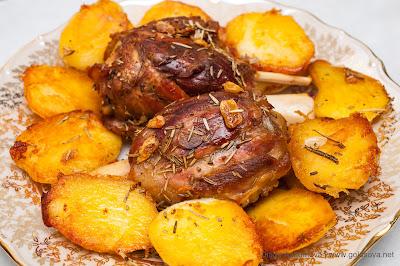 запеченные свиные рульки с картошкой