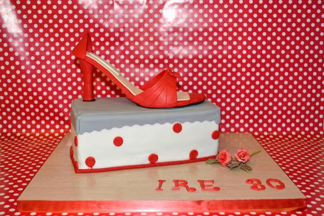 zapato tacon pasta de tarta caja de zapatos con zapato pasta de goma tarta fondant comestible Manolo Blahnik sugar dreams Gandia modelado ramo rosas base a juego