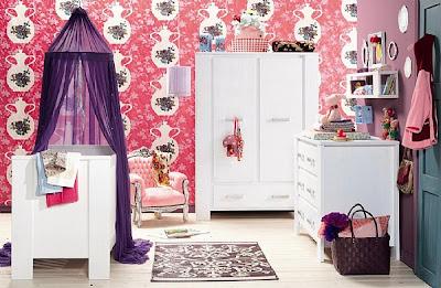 cuarto de bebé púrpura