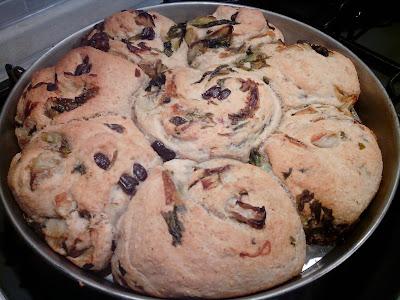 girandole di pizza integrale con scarola , olive e capperi