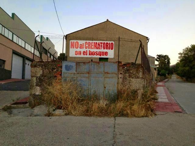 carteles colocados por los organizadores en las inmediaciones de El Rebollar