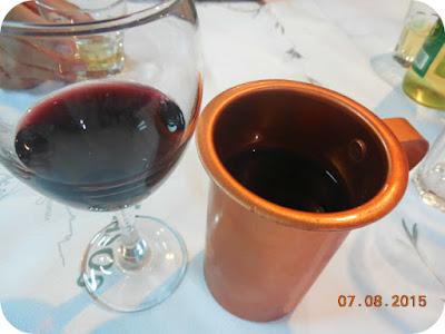 vin rosu sec la carafa