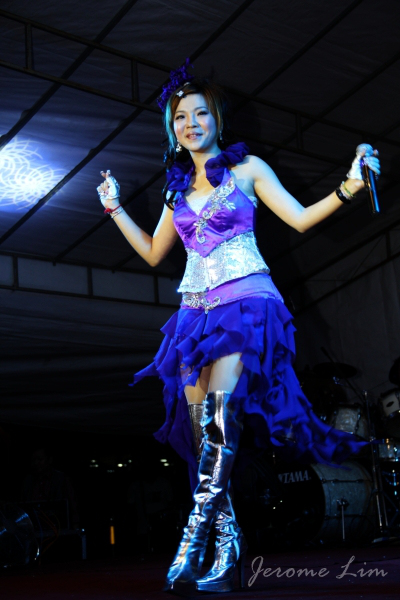 吴佩芝 (Wú pèi zhī, Wu Pei Zhi) on stage