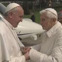 Servono le preghiere di due Papi a questo mondo tribolato....