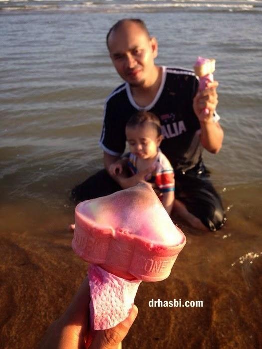 mandi di Pantai Cherating sambil makan airkrim sedap
