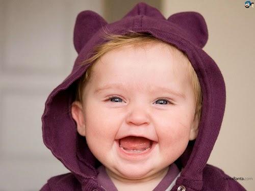 Bébé mimi qui rit aux éclats