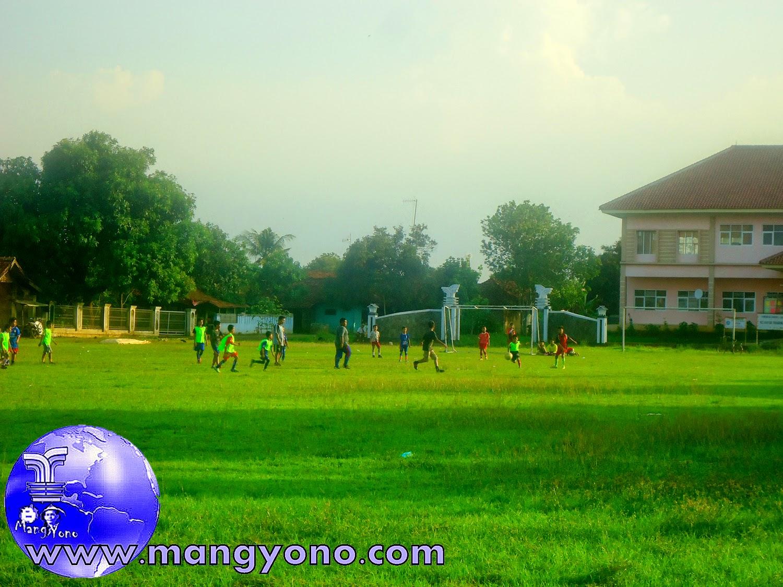 Sepak bola persahabatan antar anak - anak desa Bendungan, Kecamatan Pagaden barat