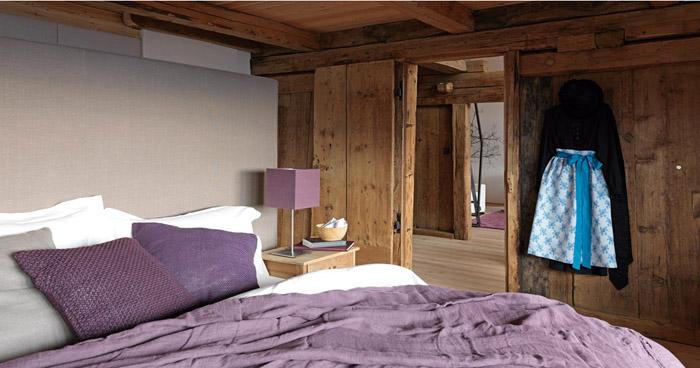 una casa rustica moderna - dormitorio en tonos violetas