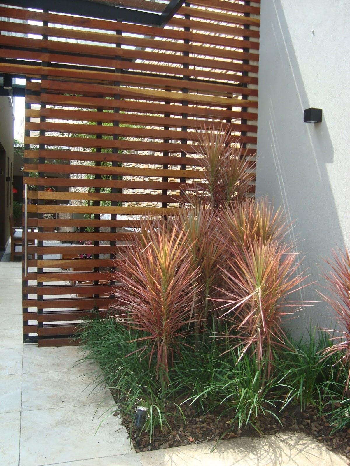 Jardim das dracenas de madagascar com painel de madeira #6B4330 1200x1600 Banheiro Com Lavatorio Externo