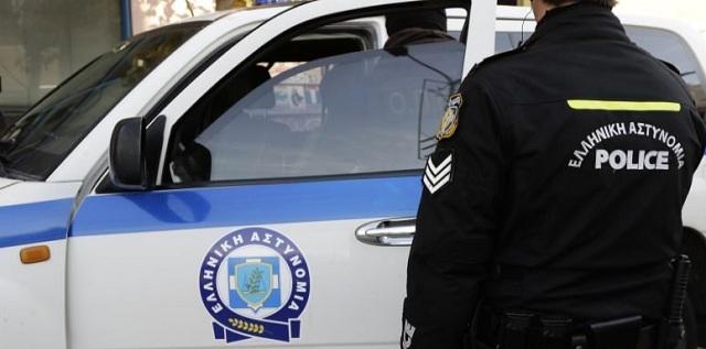 Στο αυτόφωρο νεαρή αστυνομικός -Είχε το όπλο της ο σύντροφός της, σε αυτοκίνητο με πλαστές πινακίδες