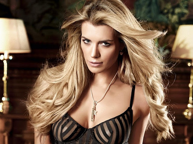 Model Elle Liberachi