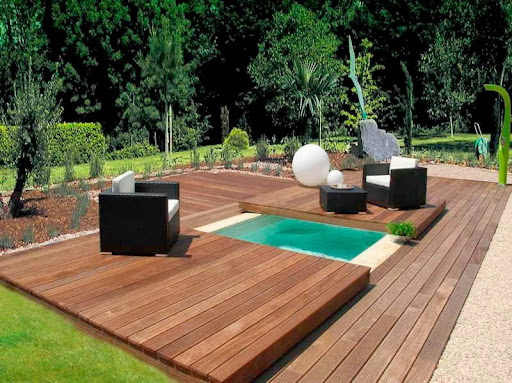 Small swimming pool on backyard with deck for Small garden pool designs