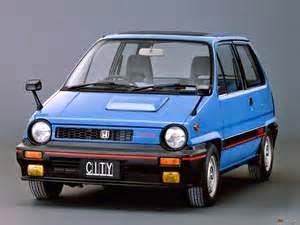 All New Honda City memiliki banyak perbedaan bila di banding generasi sebelum2nya. Paling terang tampak adalah dimensinya yang tampak lebih panjang. Terlebih bila di banding dengan honda city tahun 1982-84 ini: