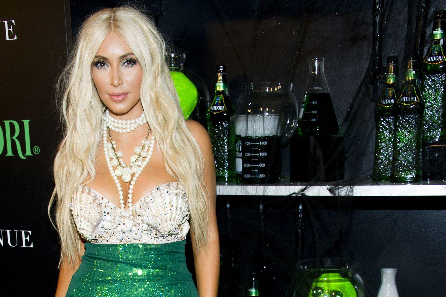 http://3.bp.blogspot.com/-fogwnhLaJl8/UI0QRXKP7wI/AAAAAAAAIoY/TOM88TykV4I/s1600/Kim-Kardashian-Midori-Halloween-Costume-thekilonsparkles-1.jpg