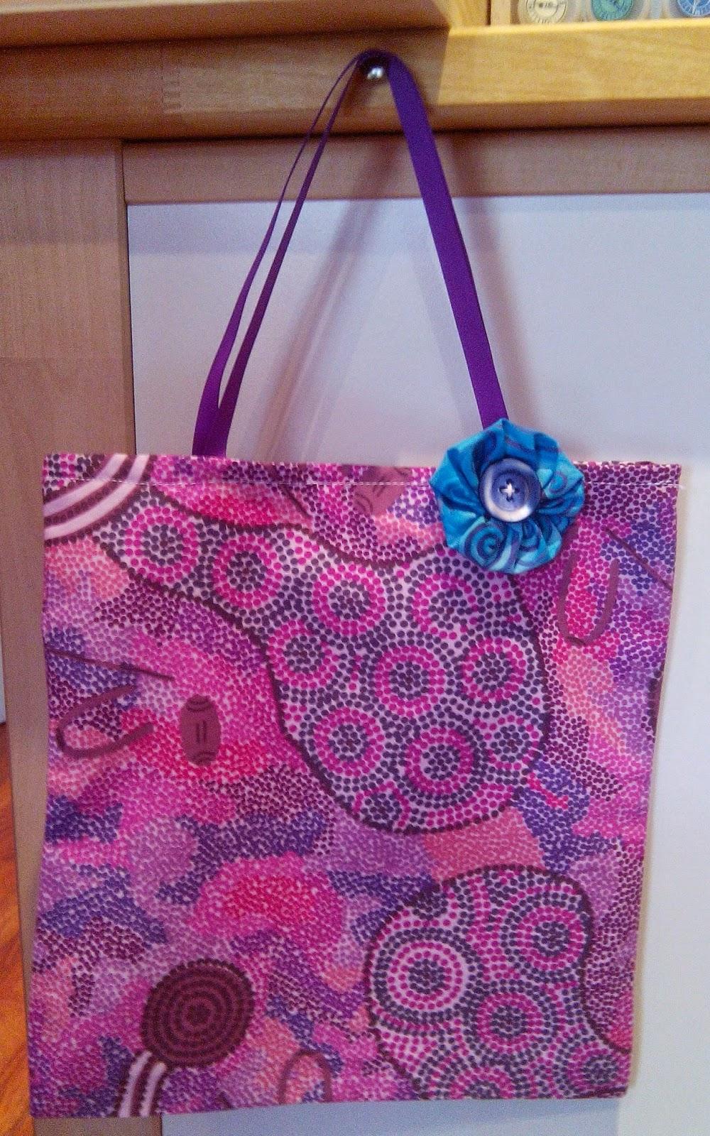 Couture en atelier tote bag rose avec petite fleur bleue